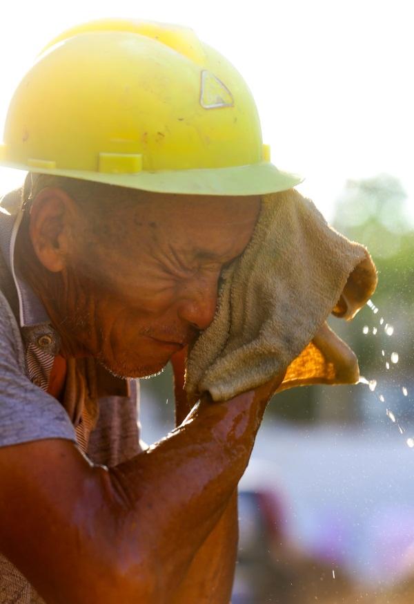 挥汗如雨造�_相山区三堤口朱庄社区老旧小区改造项目工地上 ,农民工挥汗如雨.
