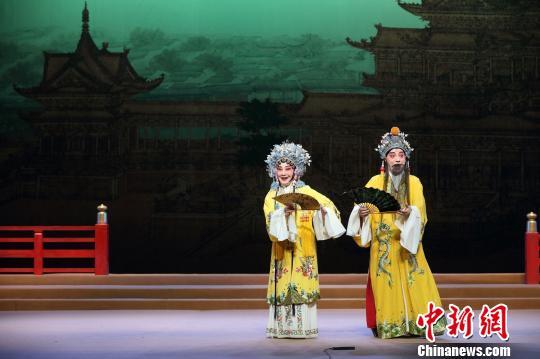 昆剧表演艺术家蔡正仁(右)、张静娴在上海昆剧团《长生殿》中饰唐明皇、杨玉环. 剧院供图 摄
