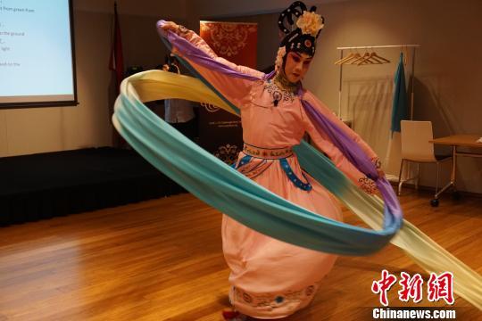 牟元笛演出《天女散花》选段时表演甩水袖动作。 林丹 摄